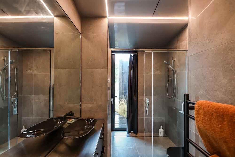 Skylark Cabin by Barry Connor bathroom