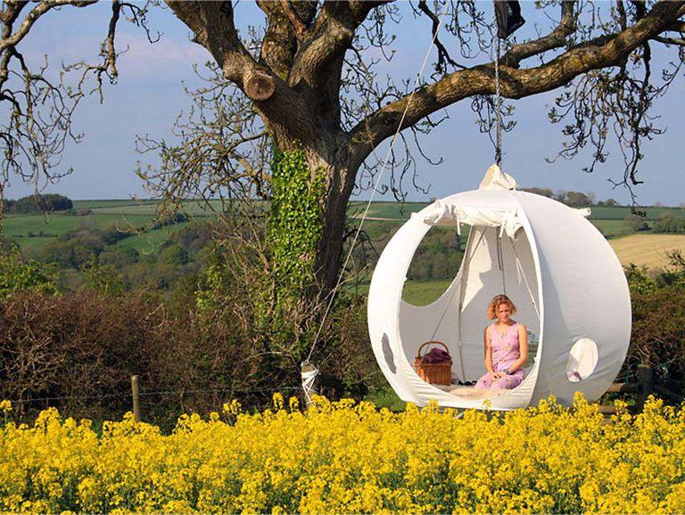 Roomoon esférico es un refugio que cuelga entre los árboles
