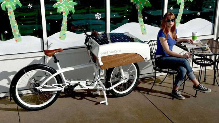 Esta bicicleta de carga asistida eléctricamente se alimenta con un panel solar incorporado