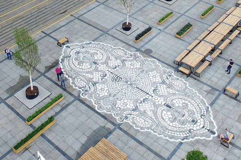 El arte callejero con temática de encaje del artista embellece las ciudades y honra la cultura artesanal