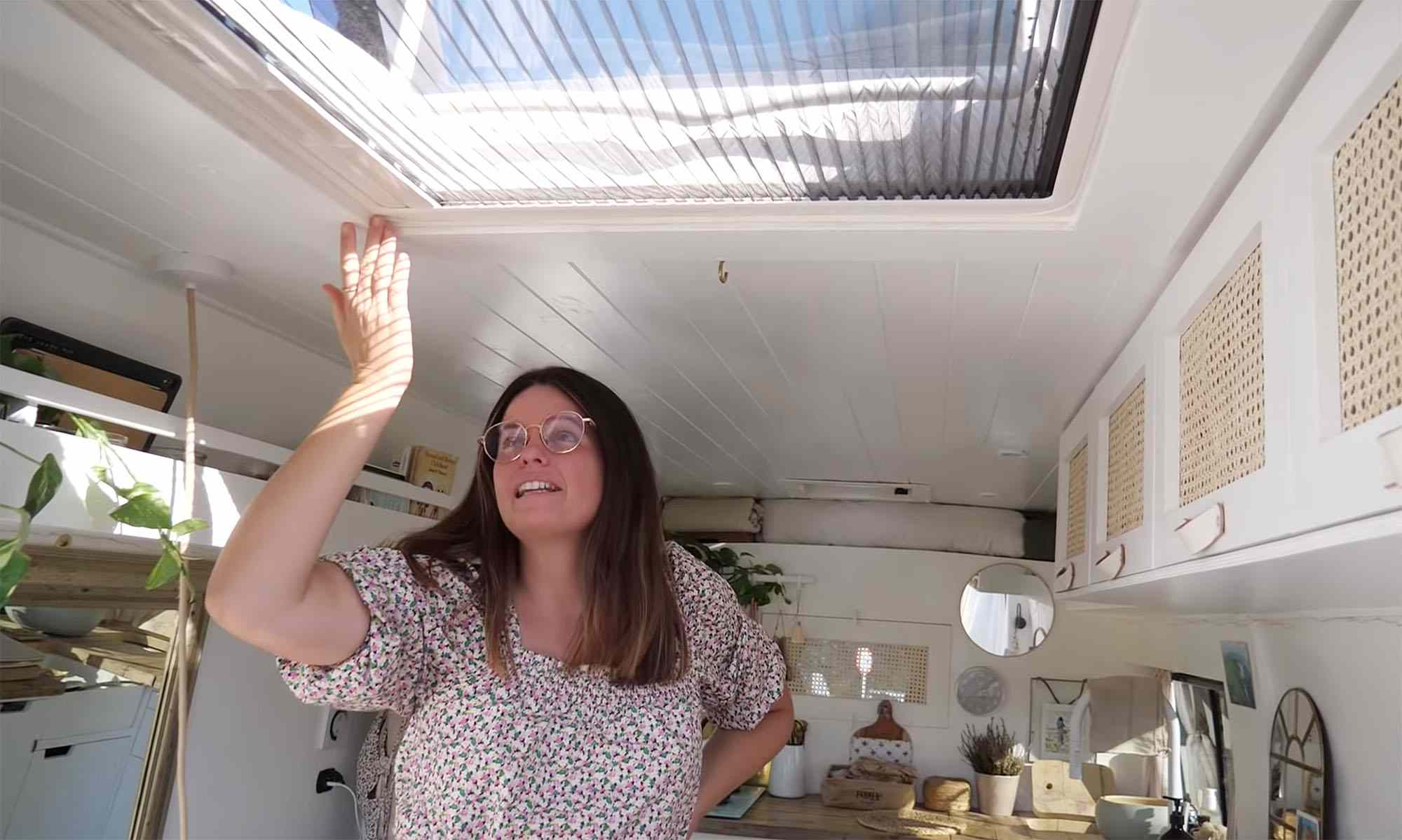 Julieta van conversion skylight