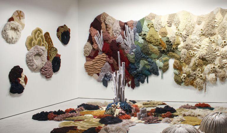 La instalación de alfombras recicladas destaca la difícil situación de los corales moribundos del mundo