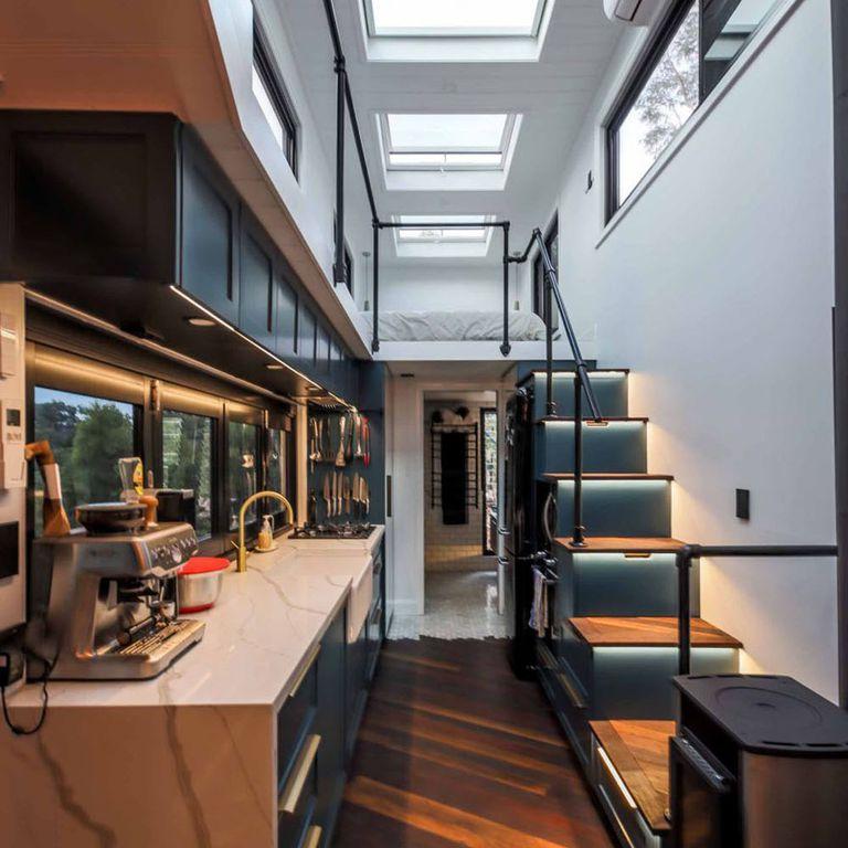Pareja construye juntos una casa diminuta impresionante y ultramoderna (Video)