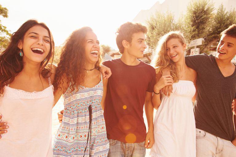 ¿Esos buenos amigos de la secundaria? Marcan la diferencia en su felicidad adulta
