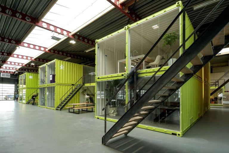 Las oficinas de trabajo conjunto se construyen con contenedores de envío dentro de una panadería antigua