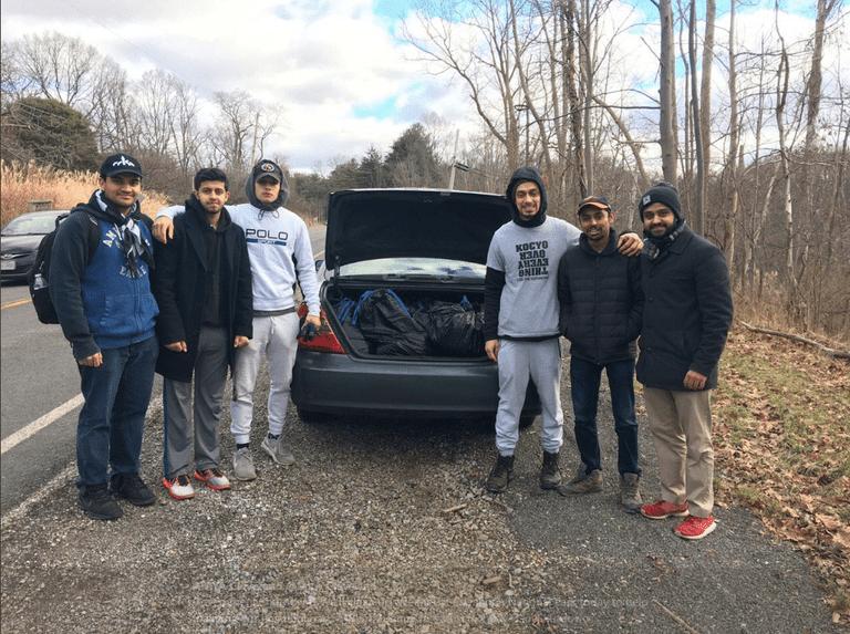 Jóvenes musulmanes limpian parques nacionales destruidos durante el cierre del gobierno