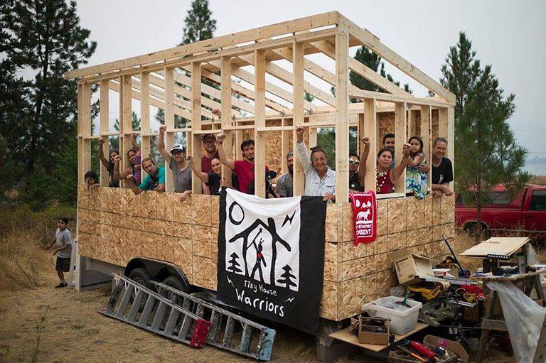 Tiny House Warriors construyen pequeñas casas para bloquear la construcción de un oleoducto (video)