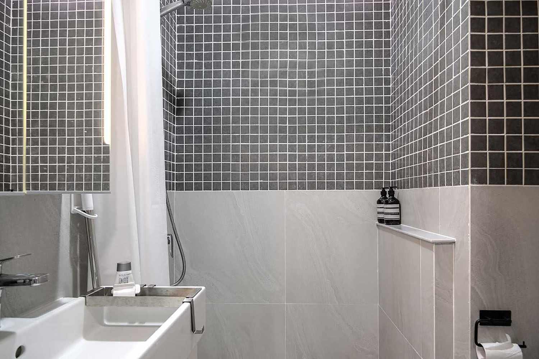 Quiet Apartment Co+in Collaborative Lab bathroom