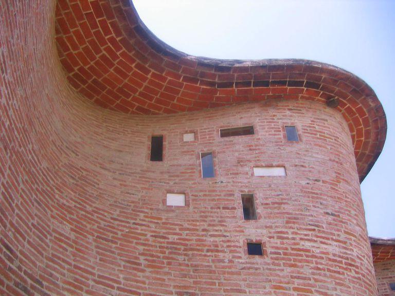 A wavy brick wall by Eladio Dieste.