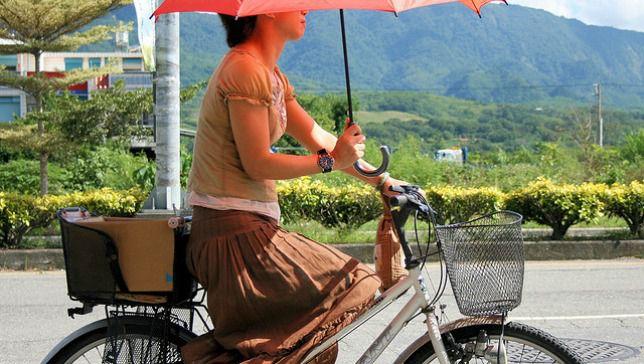 3 trucos de vida para andar en bicicleta con falda