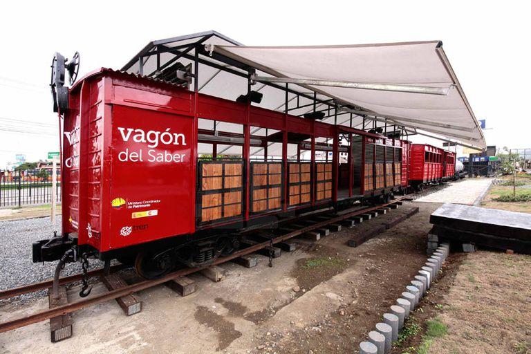 Tren descarrilado convertido en centro cultural móvil en Ecuador