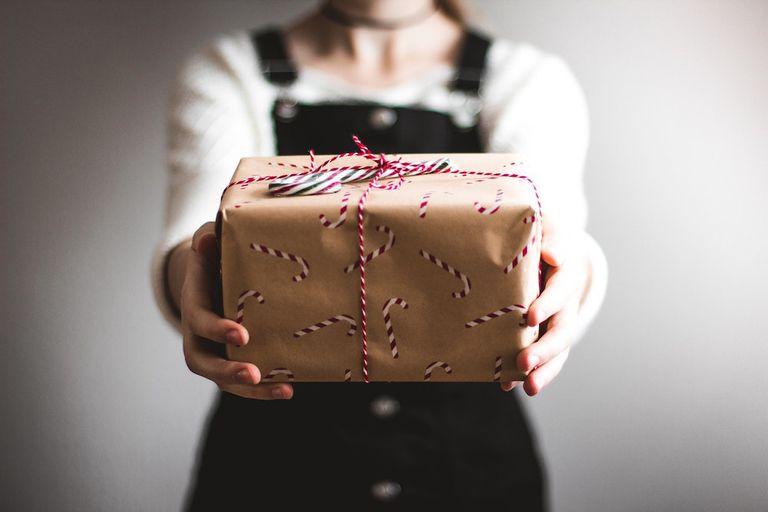 Platos ThredUP sobre los regalos navideños más purgados