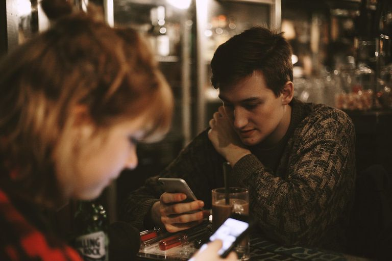 Restaurante ofrece comida gratis a familias que no usan teléfonos en la mesa