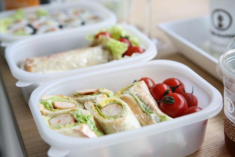 Ayude a su hijo adolescente a preparar almuerzos escolares saludables
