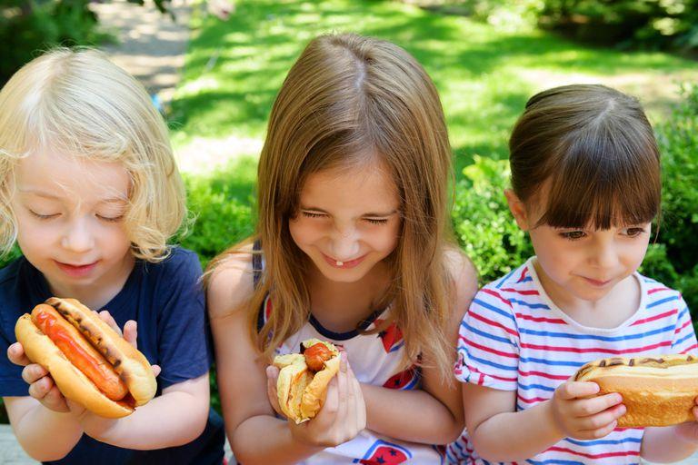 Children eating hotdogs