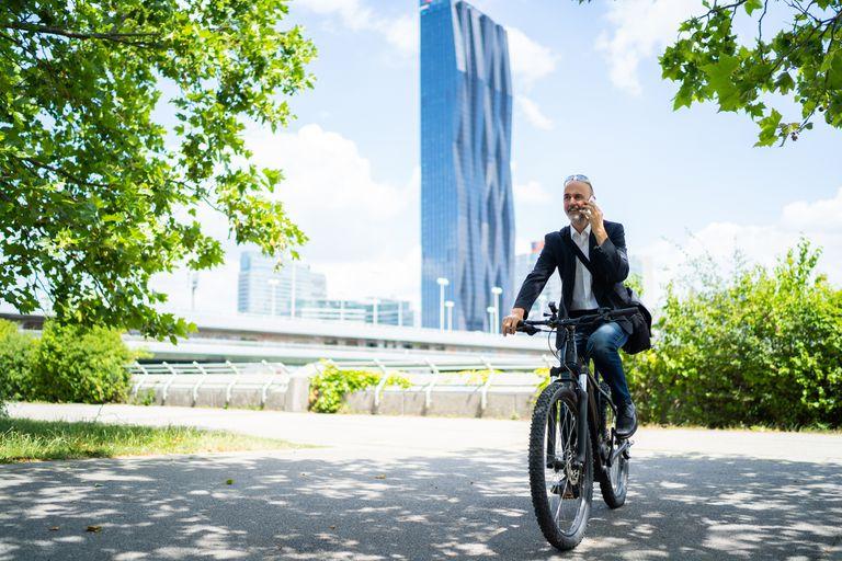 Los ciclistas electrónicos viajan mucho más lejos y con más frecuencia que los ciclistas regulares