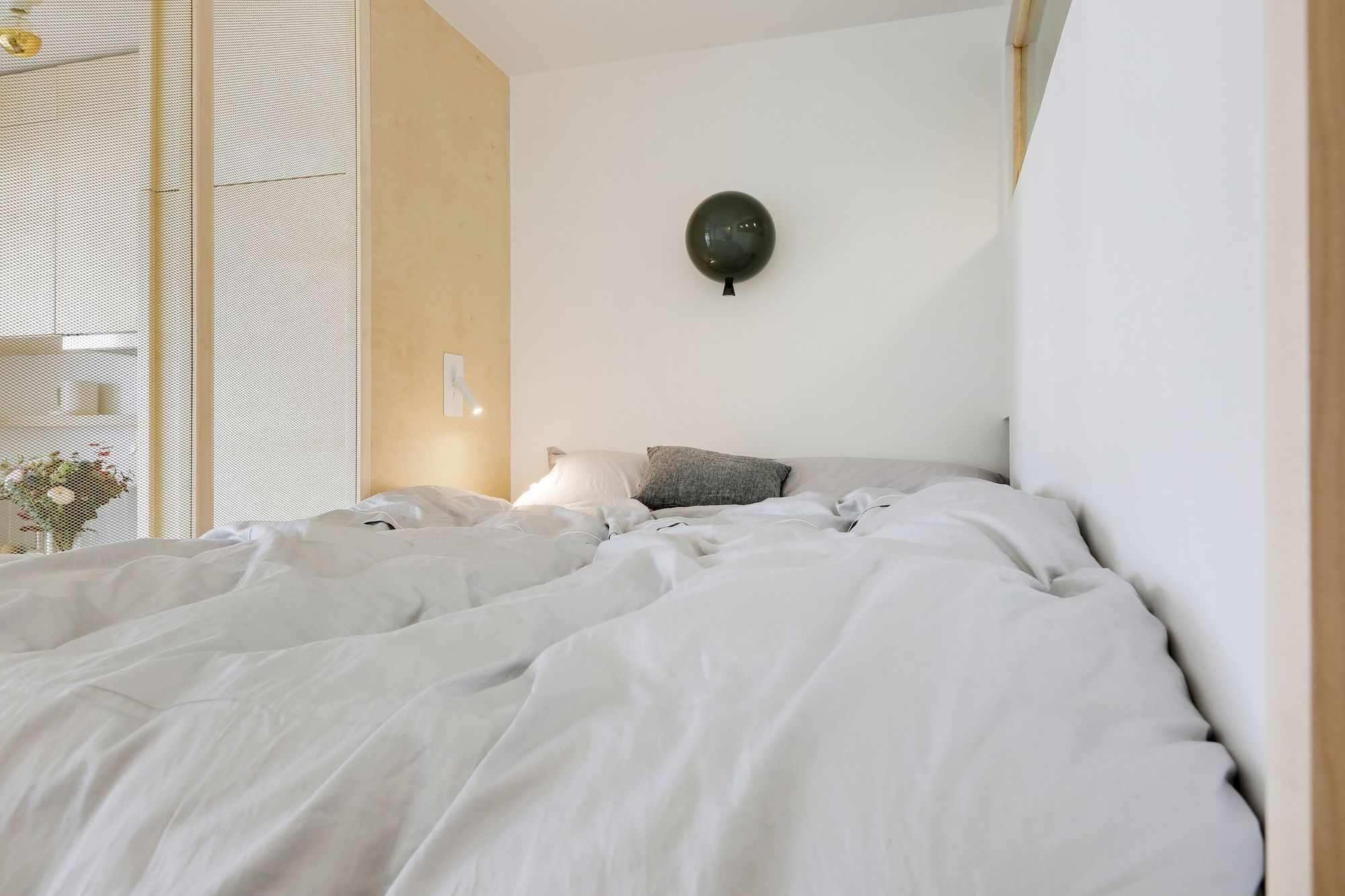 micro apartment rue falguiere renovation Studio Beau Faire sleeping area