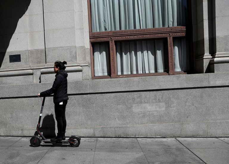 Las personas que caminan, andan en bicicleta y montan scooters están peleando por las migas.