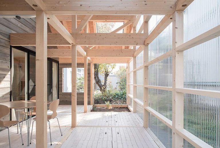 Casa japonesa reduce los costos de calefacción con terraza de invernadero