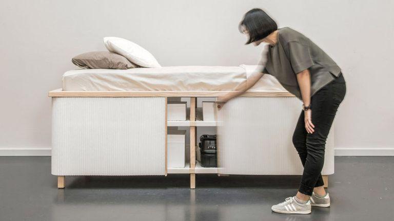 La pequeña cama de la casa es minimalista y ordenada que ahorra espacio