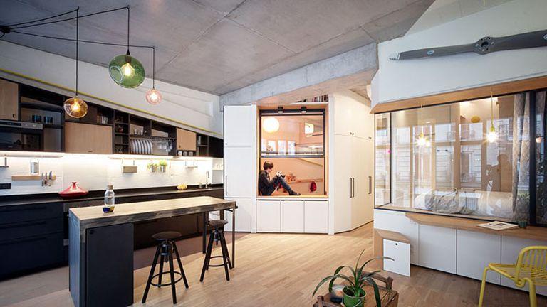 Garaje de París convertido en casa pequeña para una familia de cuatro