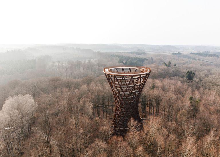 Torre de observación en espiral se eleva en un bosque danés
