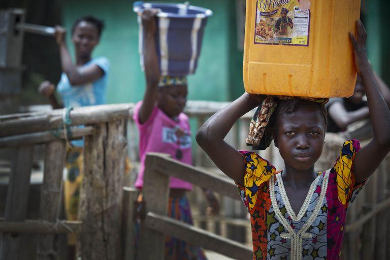 En todo el mundo, las niñas trabajan mientras los niños juegan