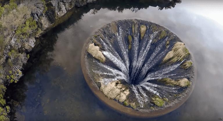 El pozo de agua en Portugal parece una puerta de entrada a un mundo de fantasía