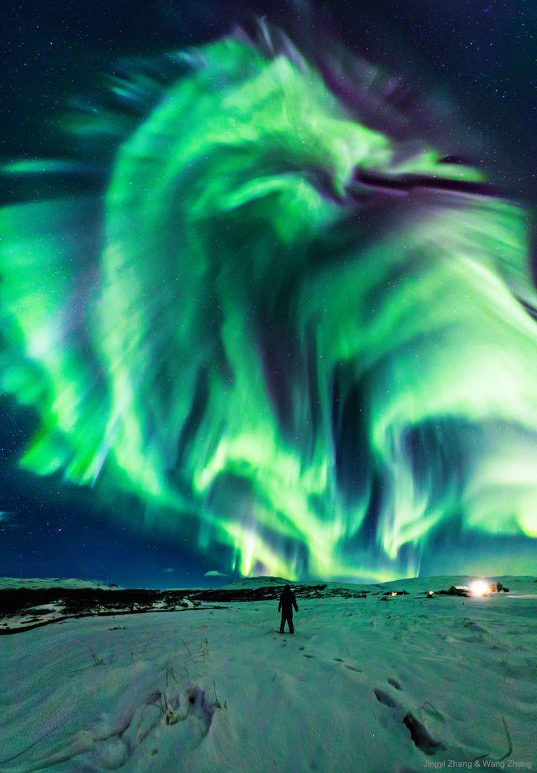 'Dragon Aurora' envuelve el cielo nocturno sobre Islandia