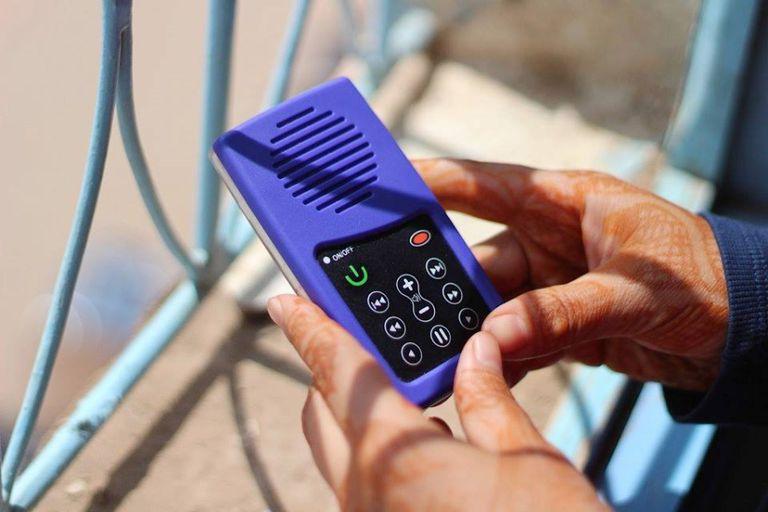 URIDU combate la pobreza y empodera a mujeres rurales analfabetas con reproductores de MP3 alimentados por energía solar