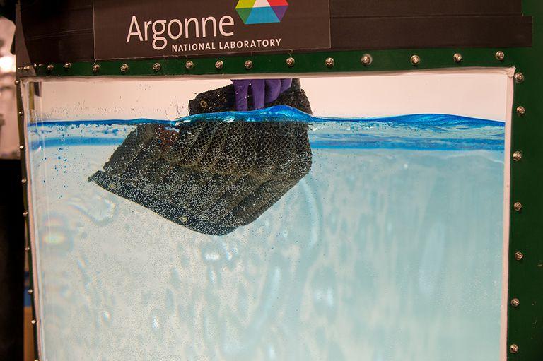 El material de esponja reutilizable puede recoger aceite tanto de la superficie como de las profundidades del agua de mar