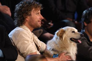 Country singer Dierks Bentley sits at an award show with dog Jake.