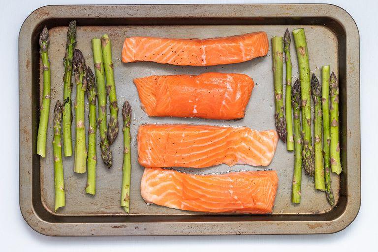 El salmón de cultivo no es naturalmente rosado o rojo