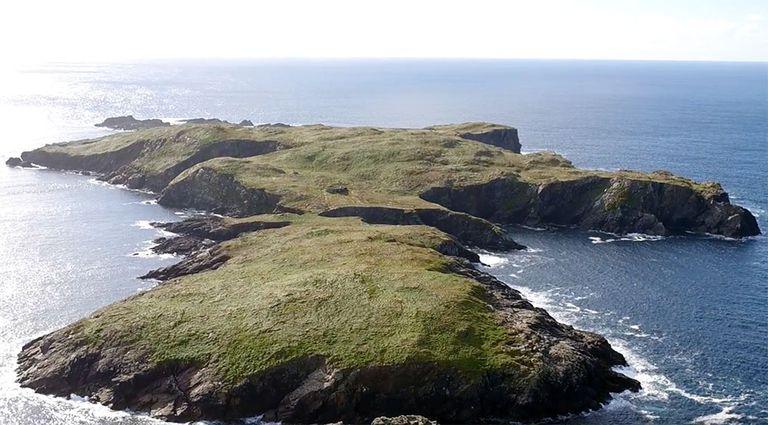 Isla irlandesa deshabitada a la venta, completa con ruinas y 'Piedra maldita'