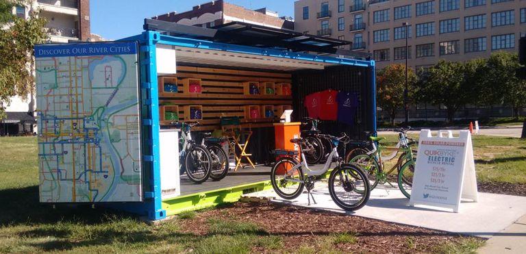 Quikbyke es una tienda de alquiler y estación de carga de bicicletas eléctricas con energía solar en un contenedor de envío