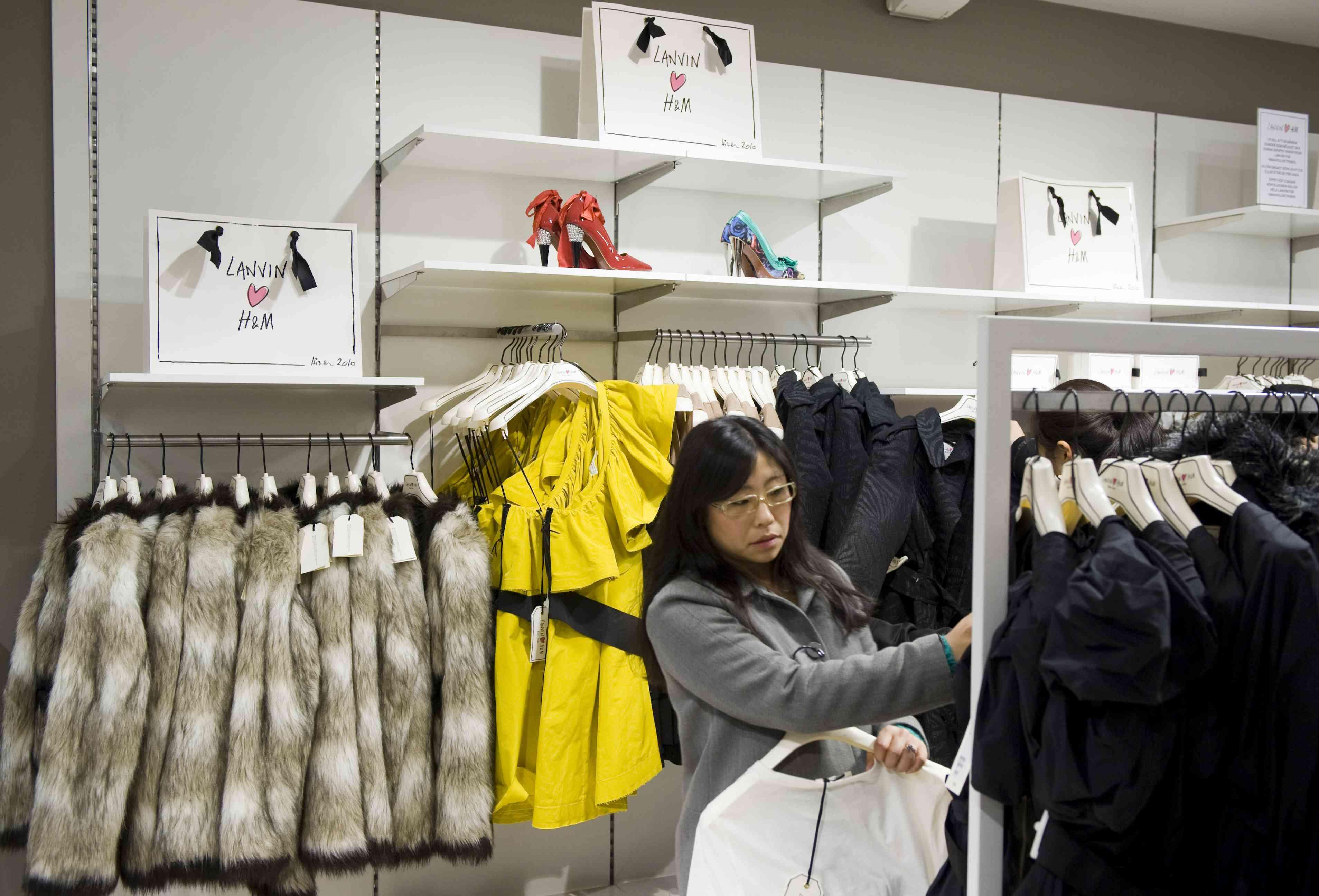 Shopper in H&M; store