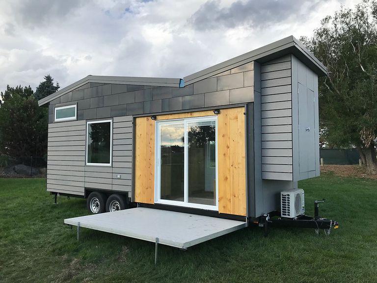 The Hideout Tiny House tiene una cama principal plegable y un loft