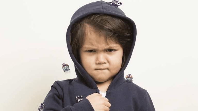 Hay 'pequeños monstruos' tóxicos al acecho en la ropa nueva de sus hijos