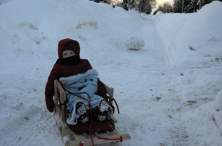 Cómo vestir a bebés y niños para el frío