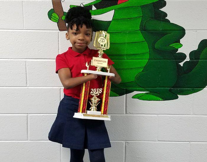 Estudiante de tercer grado nacido sin manos gana nuevamente el concurso nacional de escritura a mano