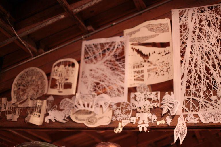 El arte complejo del artista está cortado a mano en papel efímero