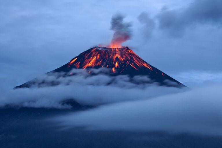 Tungurahua eruption at dusk