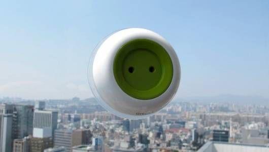 Un enchufe alimentado por energía solar que se adhiere a Windows y sale de la multitud