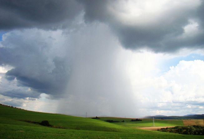 Praecipitatio features along the bottom of a cloud