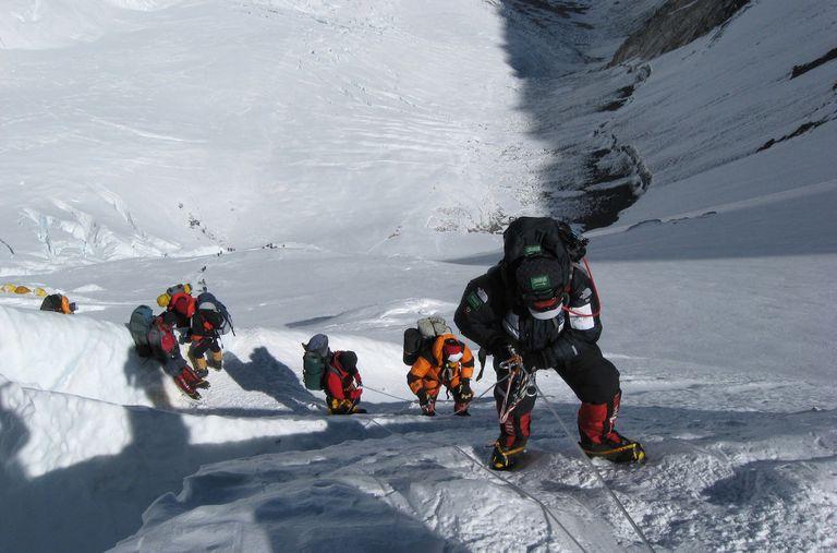 Nepal considera reglas más estrictas para escalar el Everest