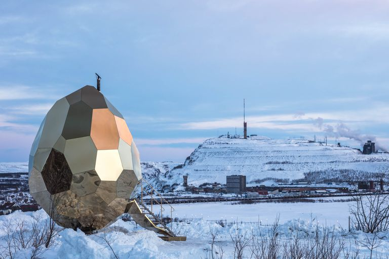 Este huevo dorado gigante es un lugar para que los suecos sudorosos se reúnan e incuben nuevas ideas
