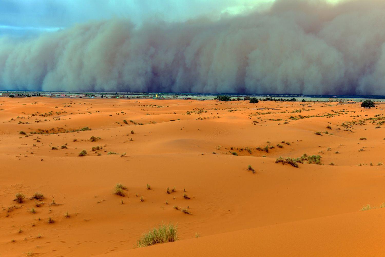 A wide sandstorm