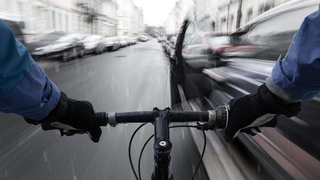 La forma en que abres la puerta de tu coche es importante para los ciclistas