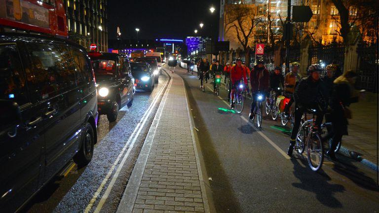 Londres considera días 'sin automóviles' para reducir la contaminación