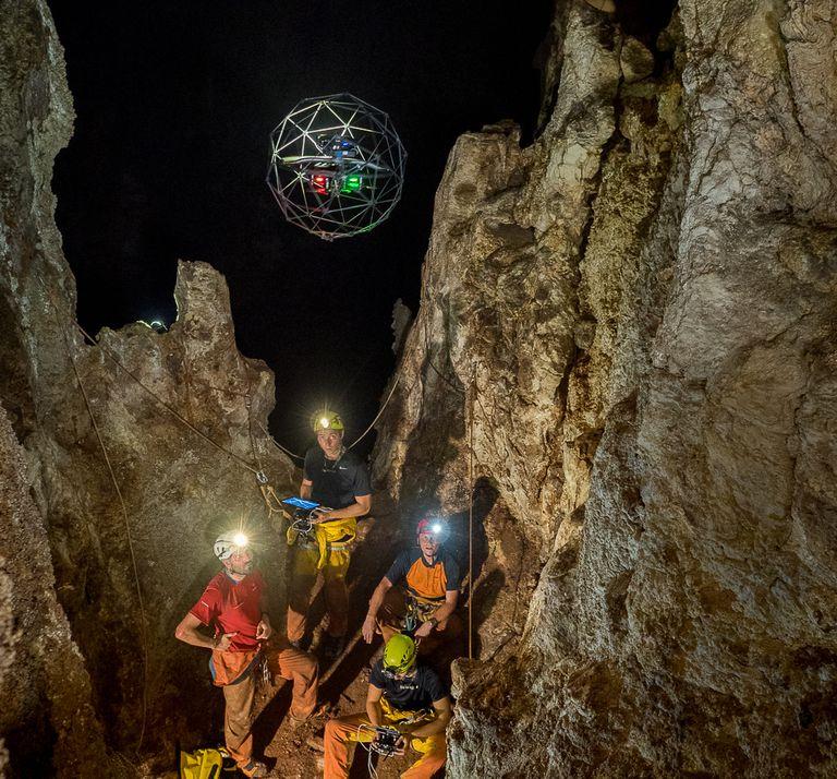 Drone mapea cuevas subterráneas chocando deliberadamente contra las paredes